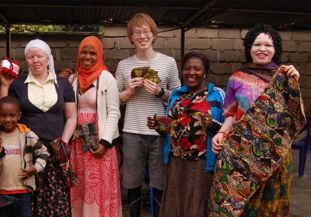 伊藤さん(中央)と、タンザニアのアルビノの女性2人(右端と左端)=2015年、伊藤さん提供
