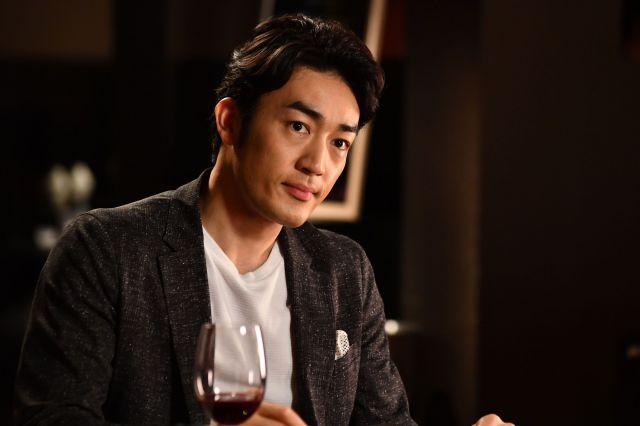 広告会社に勤める銀林嵐望(大谷亮平)。結婚してこなかったのには何か理由がありそうだ。ドラマ「結婚相手は抽選で」から