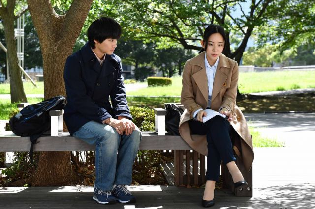 主人公の宮坂龍彦(野村周平=左)と、フリージャーナリストのひかり(大西礼芳)。ドラマ「結婚相手は抽選で」から