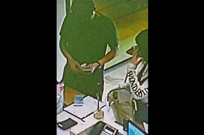事件前、ホテルのロビーで支払いをする「ミスターY」(左)とフォン(右)を捉えた監視カメラの画像=関係者提供