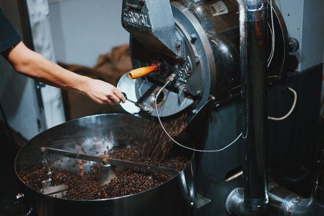 コーヒーを焙煎している様子=岩野さん提供