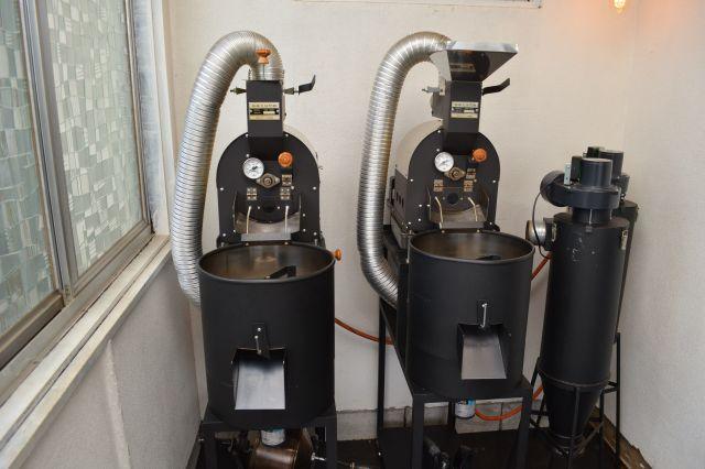 「HORIZON LABO」にある焙煎機。それぞれ1キロ用です