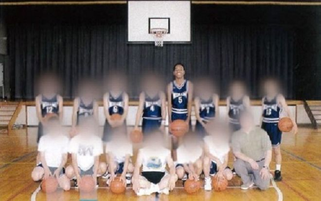 中学校の部活の仲間たちと。後列の右から4番目が副島さん。バスケットボール部で身体能力を発揮できたことが自信に。副島さん本来の、ひょうきんな人柄も輝きだす。「劣等感しかなかった自分を、初めて良いと思えた時期」(画像を加工しています)