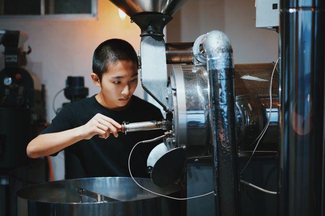 コーヒーを焙煎する岩野さん=岩野さん提供