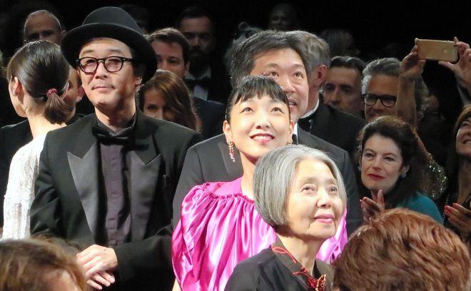 カンヌ国際映画祭で「万引き家族」公式上映が終わり、観客の歓声に笑顔を見せる樹木希林さん=2018年5月14日、フランス・カンヌ、伊藤恵里奈撮影(写真展の作品ではありません)