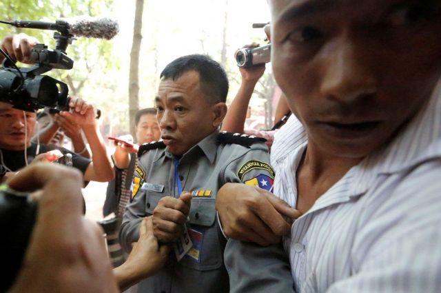 検察側の証人として法廷に立ち、仕組まれた逮捕の内幕を証言した警察官のモーヤンナイン氏(中央)。警察内の裁判で実刑判決を受け、拘束状態が続いている=2018年4月、ミャンマー・ヤンゴン