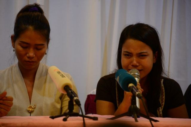 実刑が決まり、涙を浮かべて会見する、ワローン氏の妻(左)と、チョーソーウー氏の妻。「夫はジャーナリストとしての仕事をしただけだ」と訴えた=2018年9月、ミャンマー・ヤンゴン