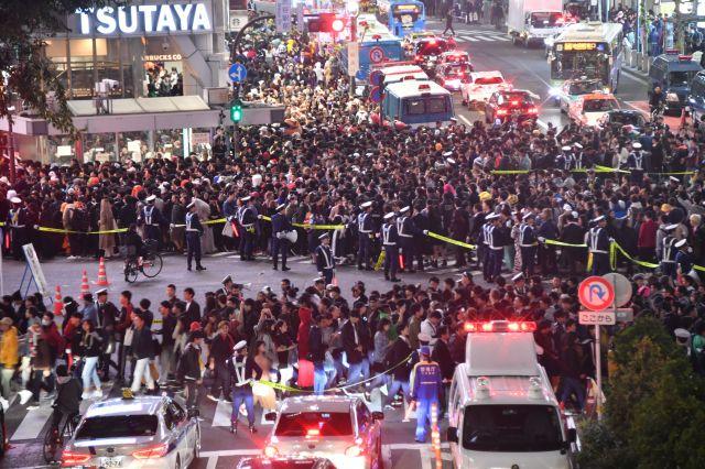 ハロウィーン本番の10月31日夜、東京・渋谷駅周辺には仮装するなどした大勢の人が集まり、警視庁が厳戒態勢を敷く中、スクランブル交差点を行き交っていた=東京都渋谷区、恵原弘太郎撮影