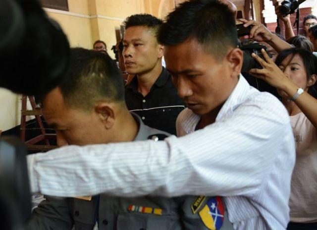予審で警察のでっち上げ逮捕について証言した警官のモーヤンナイン氏(左端)。法廷では「私は全て本当のことを言っている」と繰り返した=2018年4月、ミャンマー・ヤンゴン
