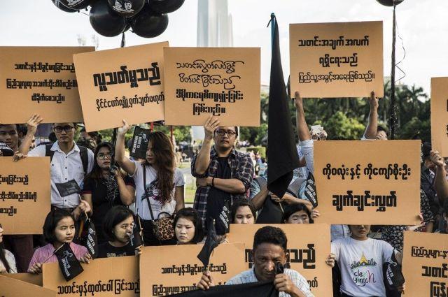 懲役判決後、ミャンマーのジャーナリストたちも声を上げ始めました。軍事政権時代、ずっと言論を押さえつけられてきた報道機関。ワローン氏らの即時釈放を求めています=2018年9月、ミャンマー・ヤンゴン