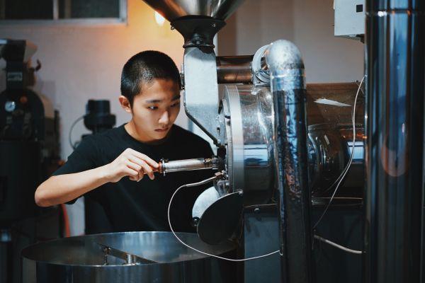 コーヒーを焙煎する岩野響さん