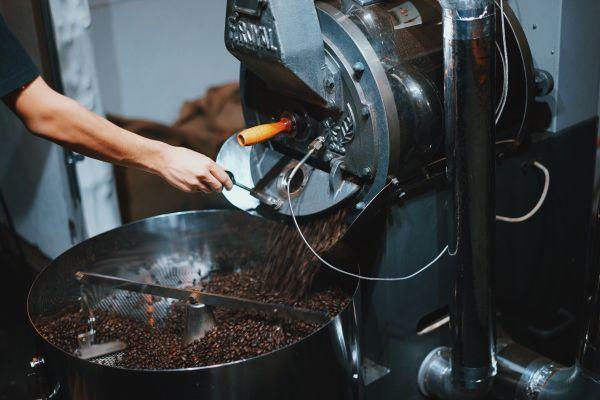 コーヒーを焙煎する様子