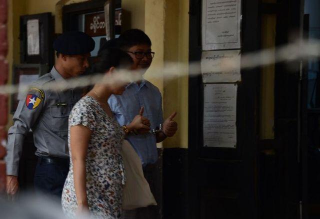 妻と一緒に法廷に入る、ワローン氏。家族の顔を見られるのは、裁判の前後だけだ=2018年4月、ミャンマー・ヤンゴン