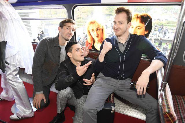 ジャパンプレミアで来日した3人がラッピングバスで記念撮影