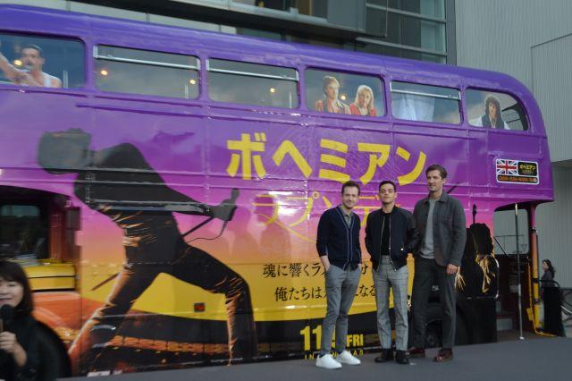 ラッピングバスの前で記念撮影=東京都港区
