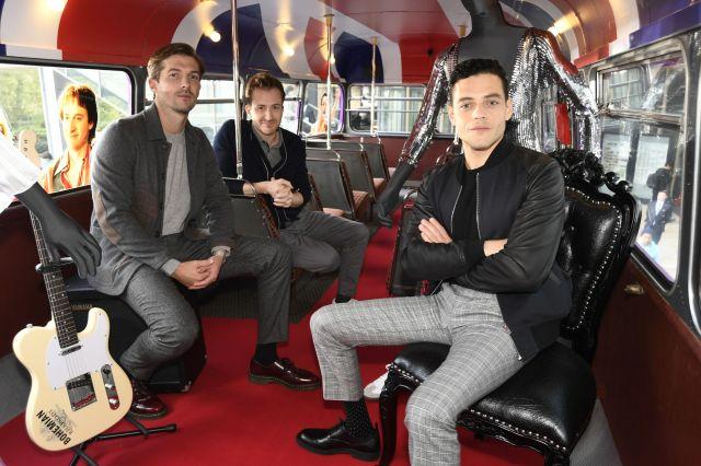 ラッピングバスの中でポーズを決めるラミ、グウィリム、ジョーの3人=東京都港区