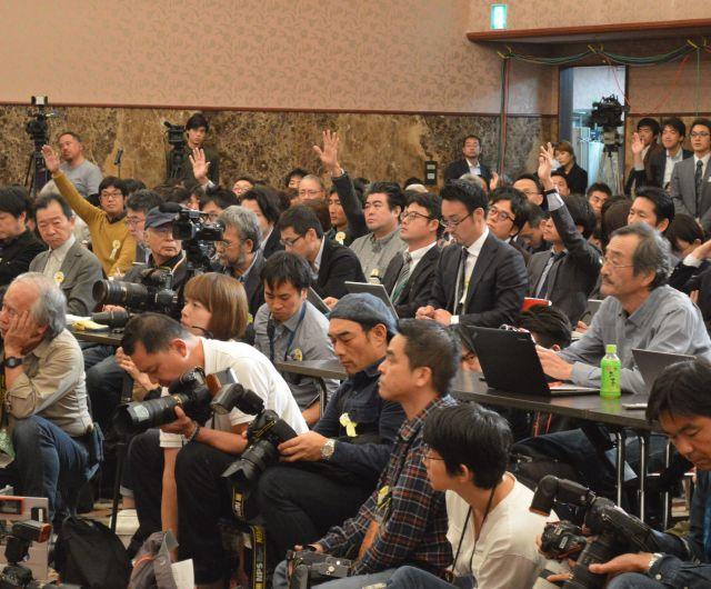 11月2日の日本記者クラブでの記者会見。安田さんに質問しようと手が挙がり続けた=東京・内幸町