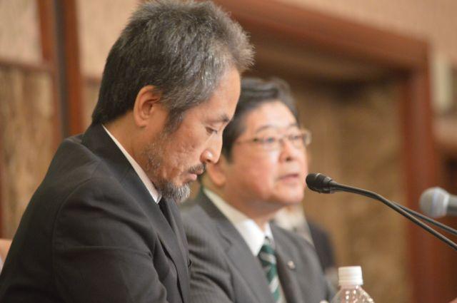 11月2日の日本記者クラブでの会見で、うつむき気味に質問を聞く安田さん=東京・内幸町