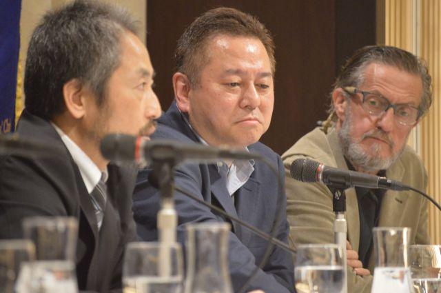 11月9日の日本外国特派員協会での会見で、シリアで拘束された安田さん(左端)の話に聞き入る会長のジャーナリスト、ピーター・ランガンさん(右端)=東京・丸の内