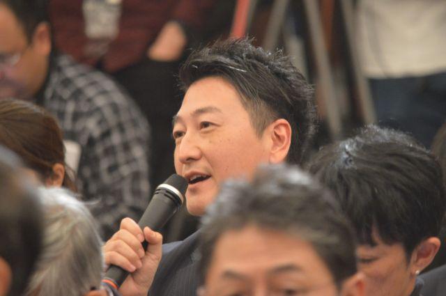 11月2日の日本記者クラブでの会見で安田さんに質問する、ジャーナリストの堀潤さん=東京・内幸町