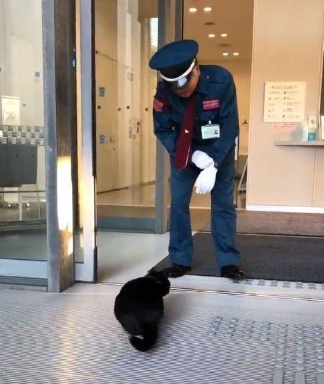 「入られんよ」と呼びかける警備員