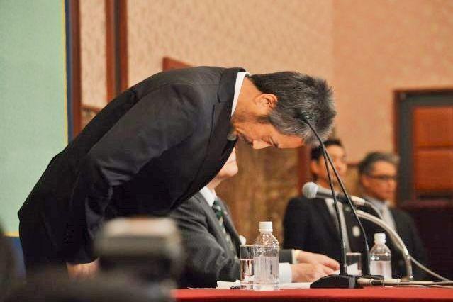 10月25日の帰国後すぐ入院してメディカルチェックをし、11月2日に初の記者会見に臨んだ安田純平さん。冒頭に深く頭を下げた=東京・内幸町の日本記者クラブで。藤田直央撮影