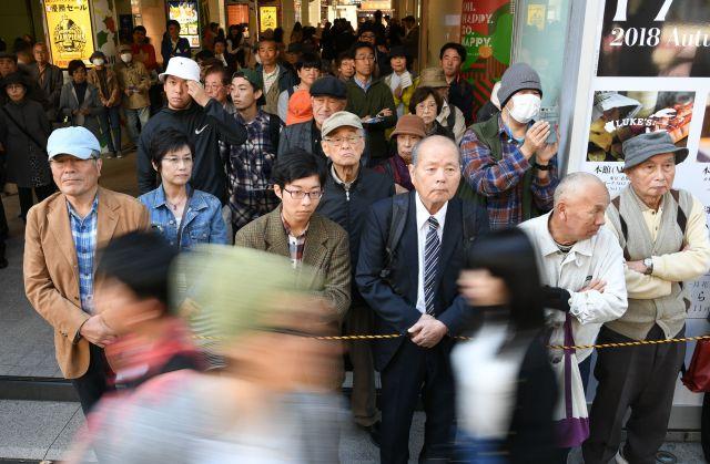 福岡市長選の街頭演説に集まった人たち=11月4日午後、福岡市内、長沢幹城撮影