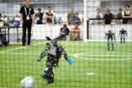 シュートする人工知能を搭載したロボット=2017年7月27日、名古屋市港区