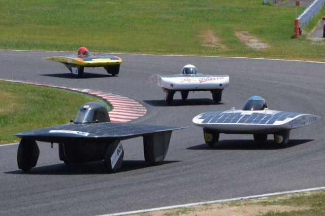 工夫を凝らした車体で競うソーラーカー=2018年8月4日、三重県鈴鹿市の鈴鹿サーキット