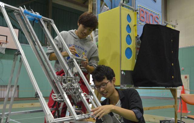 ロボコン用のロボットを点検する豊田高専生=2018年10月16日、愛知県豊田市
