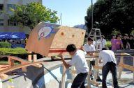 手作りジェットコースターのレールの調整をする私立愛知高校の生徒たち=2018年9月、名古屋市千種区