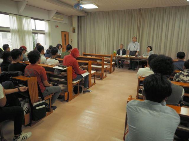 労組の代表から団体交渉の結果を聞くフィリピン人実習生たち=10月16日、山口県下松市
