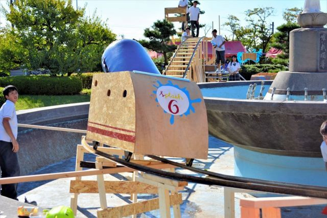 高校生らが手作りしたジェットコースター。重りを使って試運転に成功した=2018年9月28日、名古屋市千種区の私立愛知高校、日高奈緒撮影