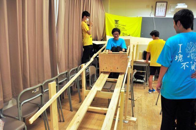名古屋高校の生徒たちによる手作りジェットコースター=同校提供