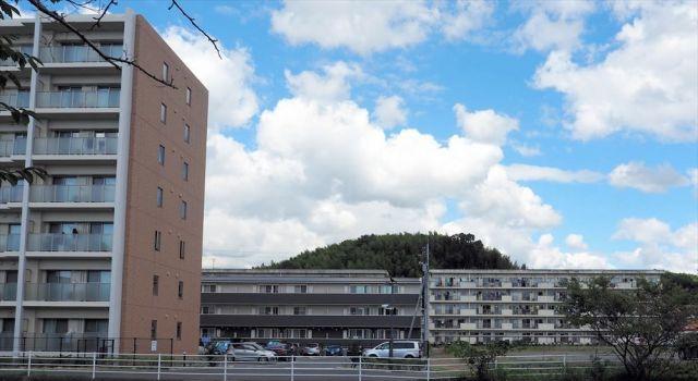 実習生たちが住む5階建ての「古い寮」(右奥)、3階建ての「少し新しい寮」(中)。左手前のマンションは、日立社員らが住む社宅で、日立の社有地に建つ=山口県下松市