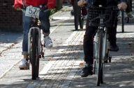 番号札のついた自転車に乗るフィリピン人実習生ら=山口県内