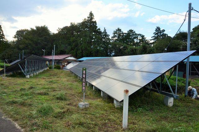 新しき村の敷地内には大型の太陽光パネルも並びます。10年ほど前に導入し、いまでは売電が重要な収入源になっているそうです=2018年10月