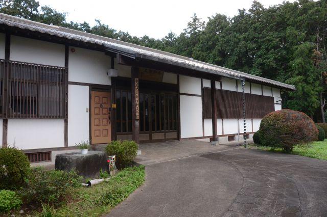 新しき村には美術館が併設され、武者小路や関係者の作品を展示しています=2018年10月