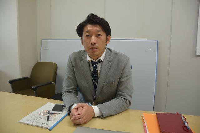 県広報広聴課で作品を担当する近野顕次係長