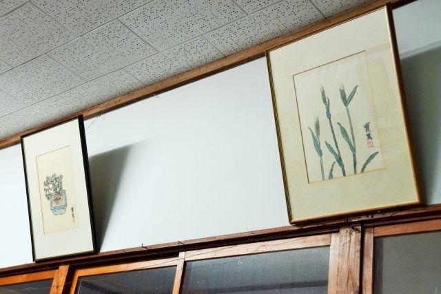味のある絵や書でも有名だった武者小路。新しき村ではいたるところに直筆の作品が残っています=2018年10月