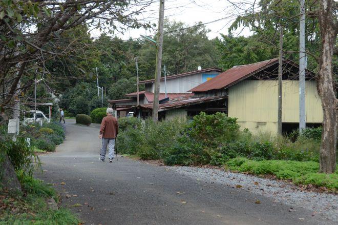 新しき村の一角。近隣住民の散歩道にもなっています=2018年10月