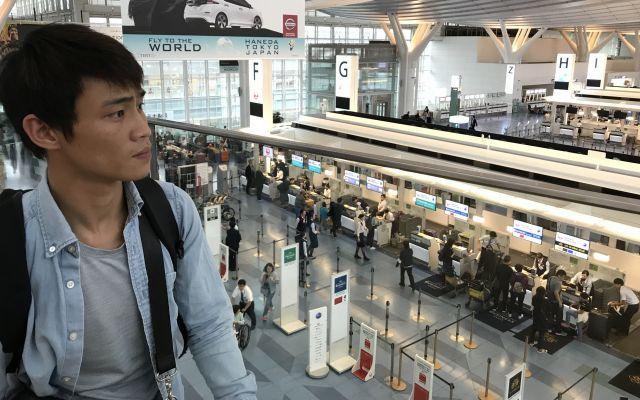 空港で「また日本に戻ってきたい」と話したカインさん