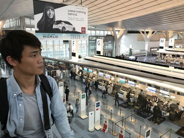 羽田空港から帰国するカインさん。日本語は上達していた