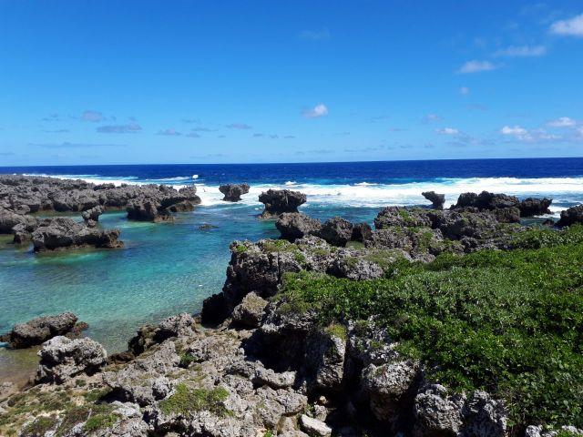 青い海と青い空は美しいが、「日本」に憧れてきた実習生たちのイメージとはかなり違う=鹿児島県の沖永良部島で