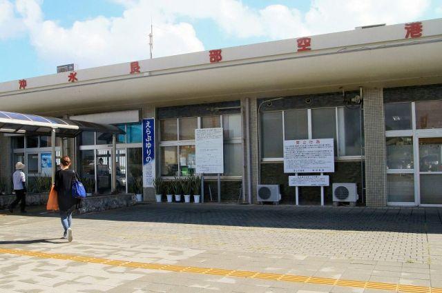 花農家から失踪した中国人実習生は、マスクをかけてこの空港から東京を目指した=鹿児島県和泊町の沖永良部空港