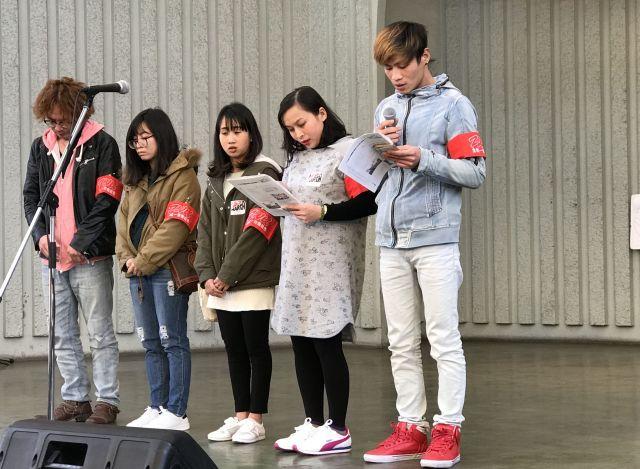 東京・上野で除染をさせられていた告発文を読み上げたカインさん(右)。「嫌なら帰って」と言われた場面では顔を赤らめ言葉を詰まらせた=織田一撮影