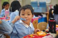 ムスリムママの次男が幼稚園でほおばっている「給食」。実はある秘密がありました=小玉重隆撮影
