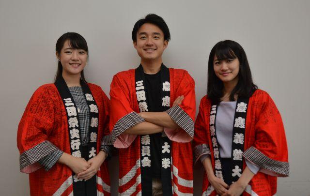 三田祭実行委員長の馬場さん(中央)、「60年史」編集長の福島さん(左)、年史制作に携わった平岡さん(右)