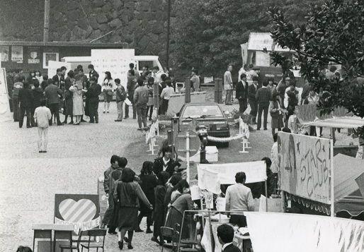 1980年代の三田祭の様子。奥には賞品とみられる自動車が飾られている=慶応義塾広報室提供