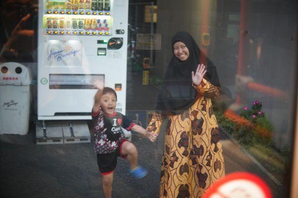 いつも元気なイズミ君。日本の友達もたくさんできた。ウッミさんはインドネシアの伝統の布、バティックの服で、記者を見送ってくれた